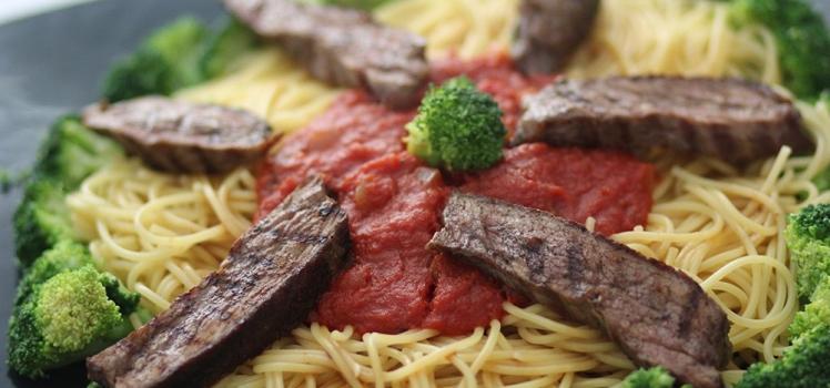 Spaghetti mit Steakstreifen in Tomatensoße
