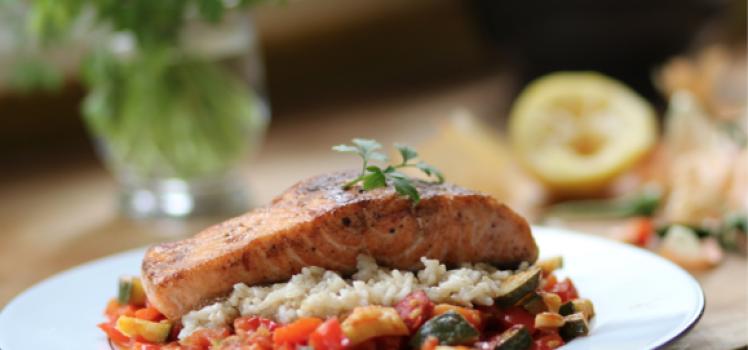 Lachsfilet mit Reis und gemischten Gemüse (Fitnessrezept)